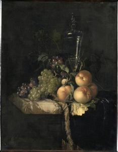 Stilleven met vruchten en glazen bokaal op een donker kleed