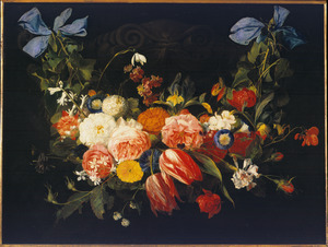 Bloemenguirlande aan blauwe linten, voor een relief.