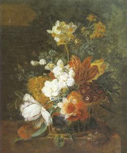 Bloemstilleven in een rieten mand op een piëdestal naast een voet van een zuil