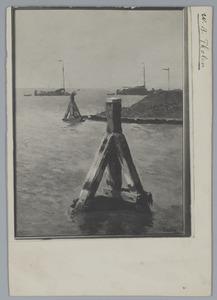 Dukdalven met zeilschepen op de achtergrond