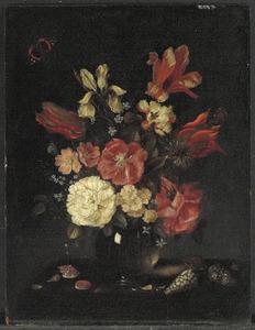Stilleven van bloemen in een glazen vaas, met schelpen