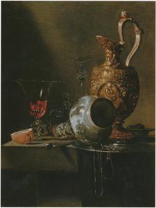 Stilleven met porcelijnen fles, vergulde schenkkan en glaswerk