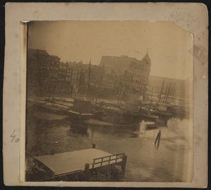 Gezicht op het Damrak, met in de achtergrond het Victoria Hotel en het Centraal station te Amsterdam