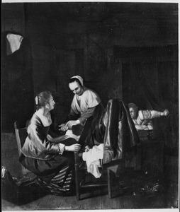 Interieur met een jonge vrouw voor een spiegel en een dienstmeid, in de achtergrond kijkt een vrouw toe vanuit een hemelbed