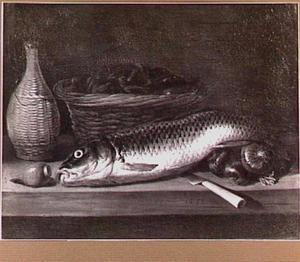 Stilleven van vis, mandfles, uien en een mand met mosselen