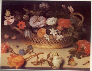mand met bloemen, met daarvoor enkele bloemen en insecten, op een stenen plint