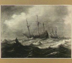 Oorlogschip en vissersboten op onstuimig water met rechts op de achtergrond het profiel van een stad