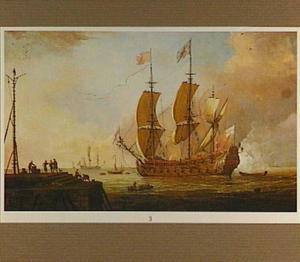 Engels oorlogsschip lost een saluutschot; linksvoor een havenhoofd met diverse figuren