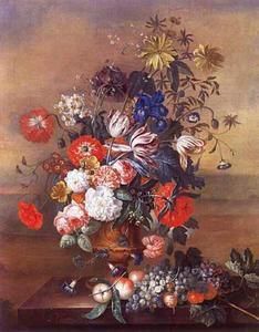 Bloemstilleven in een vaas en vruchten op een stenen balustrade tegen de achtergrond van een landschap