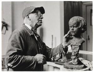 Hildo Krop werkend in zijn atelier