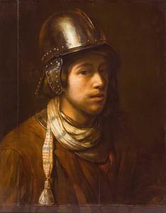 Een jongeman met een helm