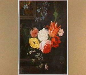 Bloemstilleven op een stenen plint met links aan de muur een schilderij met een vruchtenstilleven