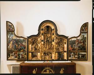 Christus in Gethemane, De kus van Judas, de annunciatie, de visitatie (binnenzijde linkerluik); De kruisdraging, de kruisiging, de bewening, de geboorte, de besnijdenis, de aanbidding der wijzen (middendeel); De presentatie in de tempel, De vlucht naar Egypte, de graflegging en de verrijzenis, de verschijning aan zijn moeder (binnenzijde rechterluik)