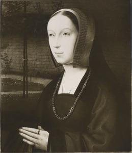 Portret van een vrouw met gevouwen handen in een ommuurde tuin