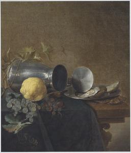 Een tinnen kan, een tinnen bord met oesters, een citroen en druiven op een deels bedekte houten tafel