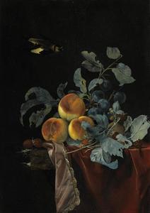 Stilleven met perziken, pruimen en frambozen op een stenen plint met fluwelen kleed en vliegende vogel