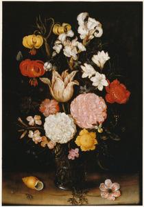 Bloemen in een glazen beker met braamnoppen, schelp en tuinanemoon