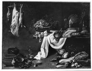 Keukenstilleven met fruit, groenten, jachtbuit en vaatwerk