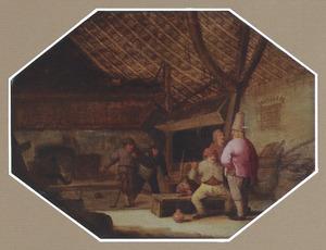 Kolvende en pratende boeren in een stal