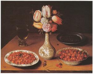 Stilleven met aardbeien, kersen, kappertjes en een boeketje bloemen