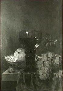 Stilleven met roemer, druiven en porseleinen schaal