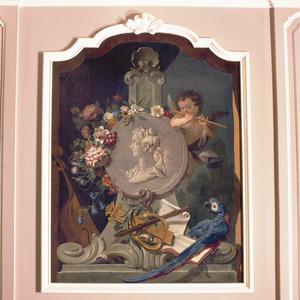 Medaillon met portret van een vrouw, omgeven door muziekinstrumenten en bloemen