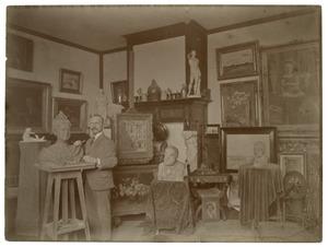 De beeldhouwer/schilder Gerard Vrint (1870-1954) in zijn atelier aan de Gijsbrecht van Amstelstraat, Amsterdam