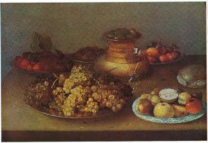 Stilleven met vruchten, kaas, spanen dozen en wijnglas
