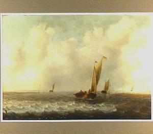 Zeilboten varend langs de kust bij een straffe wind