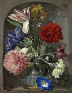 Boeket bloemen in een vaas in een stenen nis