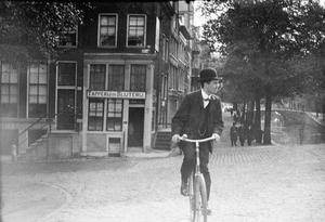 Fietser op de Prinsengracht in Amsterdam
