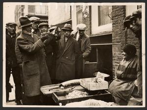 Raoul Hynckes keurt vis op straat