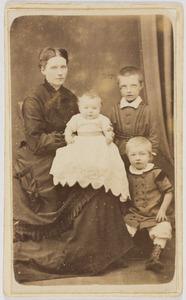 Portret van een onbekende vrouw met drie kinderen