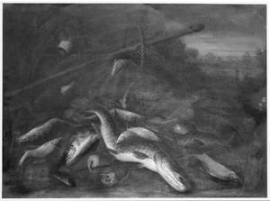 Visstilleven met manden en visnetten in een landschap