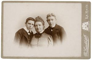 Portret van Ida Cornelia Maria Adriana barones van Brienen (1863-1913), waarschijnlijk met haar zoons