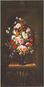 Bloemen in een roemer in een gedecoreerde nis