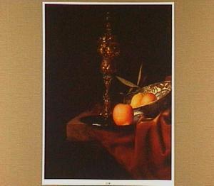 Stilleven met akeleibeker, sinaasappel en twee vruchten in een porseleinen kom