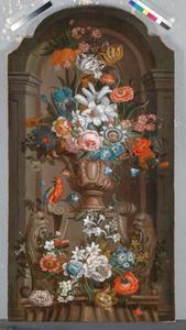 Pronkstilleven van terracotta vaas met bloemen en papegaai in een nis