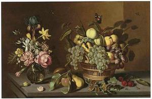 Stilleven met vaas met bloemen en mand met vruchten