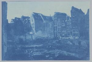 Doorbraak voor Maison de la Bourse, op den achtergrond rechts de Nieuwendijk te Amsterdam