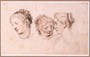 Koppen van drie vrouwen met haarversiering