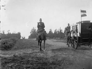 Twee militairen met koets tijdens een militaire manoeuvre