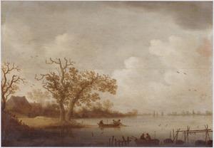 Weids rivierlandschap met vissers die hun netten inhalen; op de oever een boerderij tussen bomen