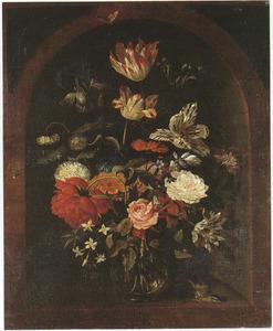Bloemen in een glazen vaas, met een zangvogel, in een nis