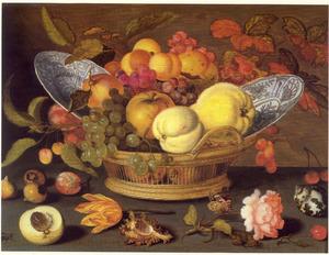 Vruchten en twee porseleinen borden in een mand, met schelpen, vruchten, een tulp en een Provenceroos op een stenen plint