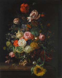 Stilleven van rozen, tulpen, een zonnebloem en andere bloemen in een glazen vaas met een bij, een vlinder en andere insecten op een marmeren richel
