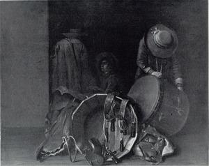 Drie mannen repareren een drumstel