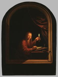 Jonge man schrijft bij kaarslicht (zelfportret?)