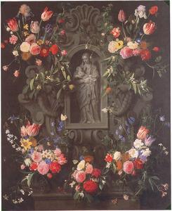 Bloemen rond een beeld van Maria en kind