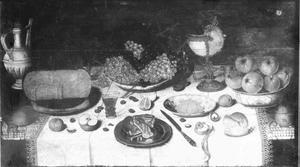 Stilleven met vruchten, kaas en andere etenswaren en drinkgerei